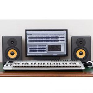 ここでは音楽制作する上で欠かせないアイテムの一つ、モニタースピーカーを5つご紹介していきたいと思います。モニタースピーカーはより制作された音を忠実に再現することに長けているDTM必須のアイテムです。